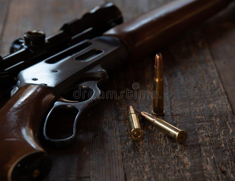 Cierre encima del rifle y de balas de la acción de la palanca imagen de archivo libre de regalías