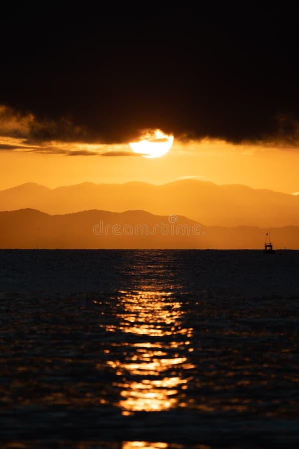 Cierre encima del sistema grande de Sun, salida del sol con la nube y capa de la montaña en el mar , Tailandia fotos de archivo