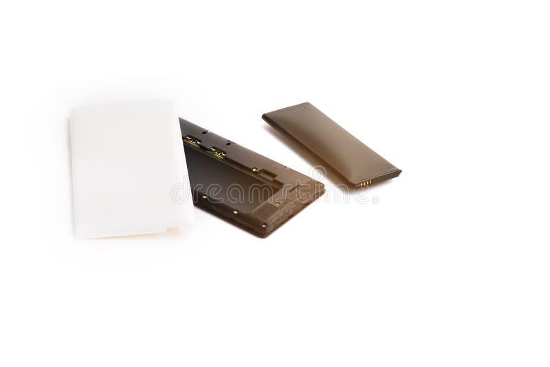 Cierre encima del smartphone hinchado de la batería de ión de litio aislado en el fondo blanco Batería deteriorada lista para que foto de archivo libre de regalías