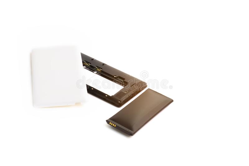 Cierre encima del smartphone hinchado de la batería de ión de litio aislado en el fondo blanco Batería deteriorada lista para que fotografía de archivo libre de regalías
