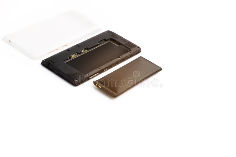 Cierre encima del smartphone hinchado de la batería de ión de litio aislado en el fondo blanco Batería deteriorada lista para que imagenes de archivo