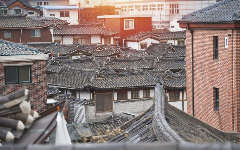 Cierre encima del tejado coreano de la casa del estilo del pueblo del hanok del bukchon fotos de archivo