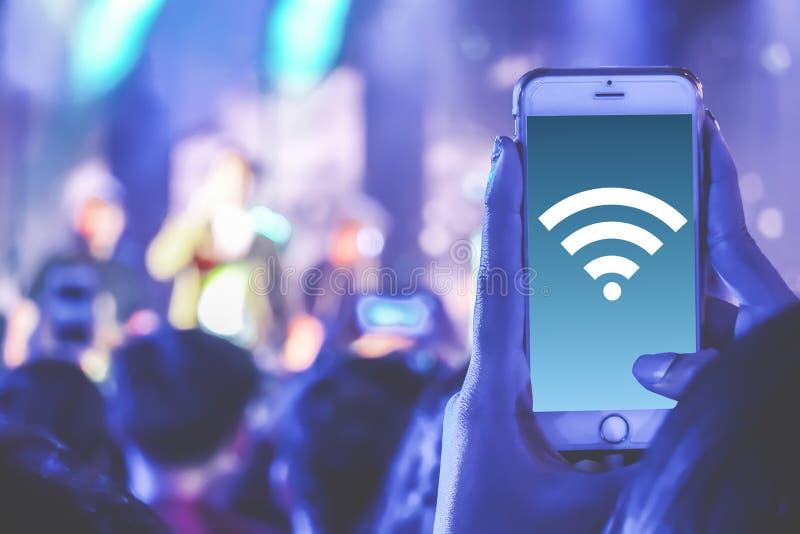 Cierre encima del teléfono y de usar de la tenencia de la mano concepto de la tecnología de comunicación de la conexión de red de imagen de archivo