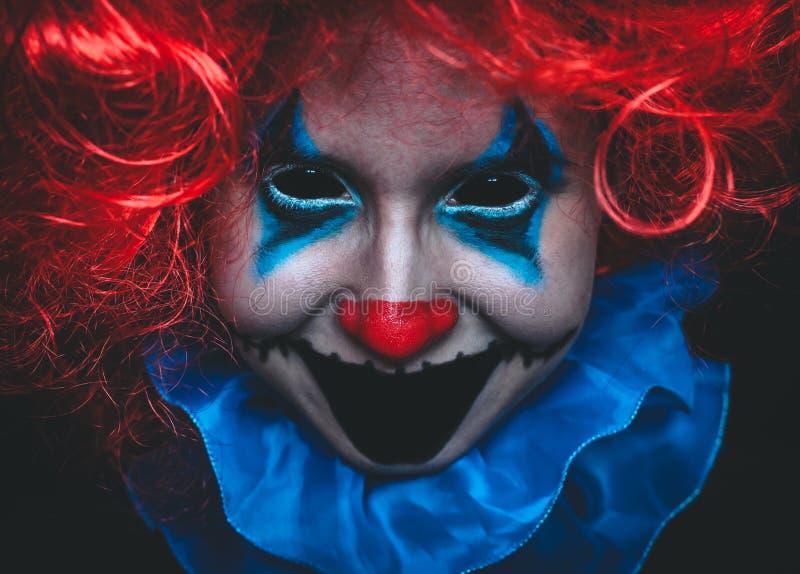 Cierre espeluznante del payaso encima del retrato de Halloween en fondo negro foto de archivo libre de regalías