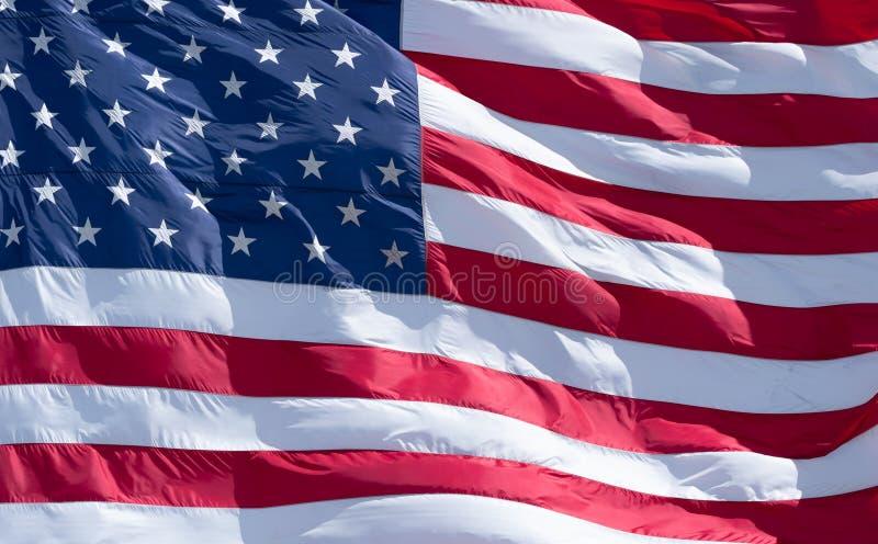 Cierre extremo iluminado por el sol para arriba de la bandera americana imagenes de archivo