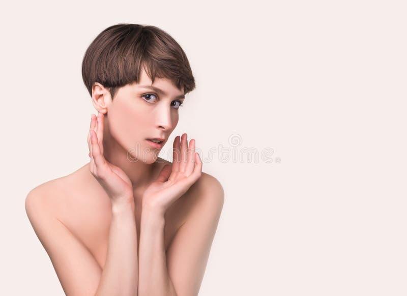 Cierre femenino hermoso de la cara para arriba retrato del modelo joven en el estudio en blanco foto de archivo libre de regalías