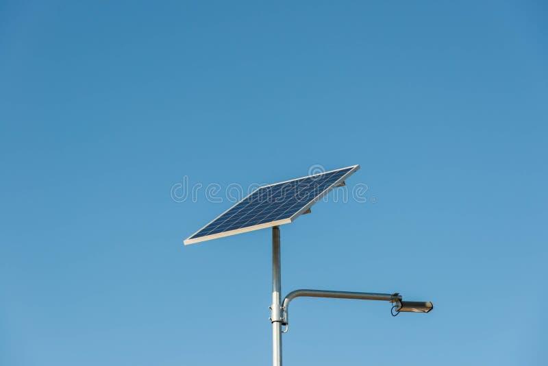 Cierre fotovoltaico solar del panel para arriba tirado en un día soleado fotos de archivo libres de regalías