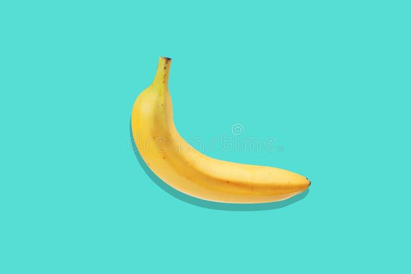 Cierre fresco del plátano para arriba en fondo azul brillante Endecha plana Concepto del verano foto de archivo