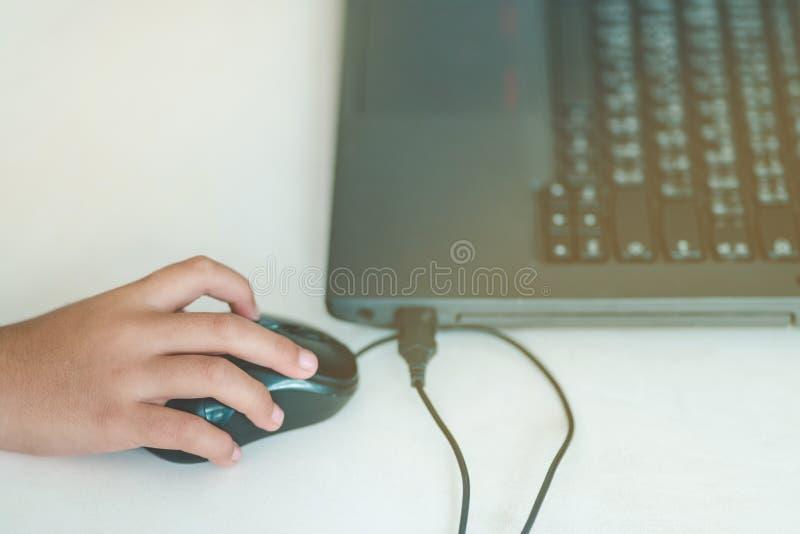Cierre hasta arte de dibujo de la práctica de las manos del estudiante por el ordenador en cl fotografía de archivo libre de regalías
