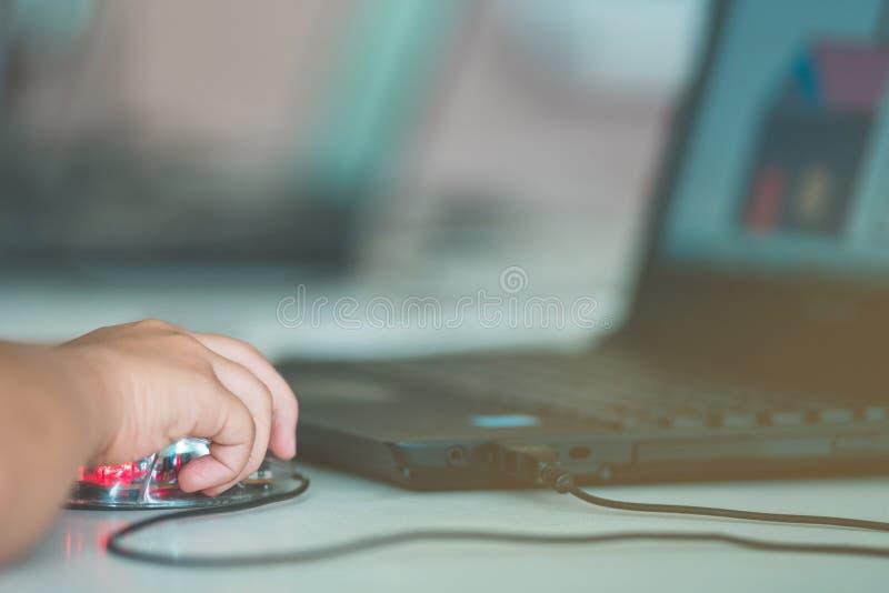 Cierre hasta arte de dibujo de la práctica de las manos del estudiante por el ordenador en cl fotografía de archivo
