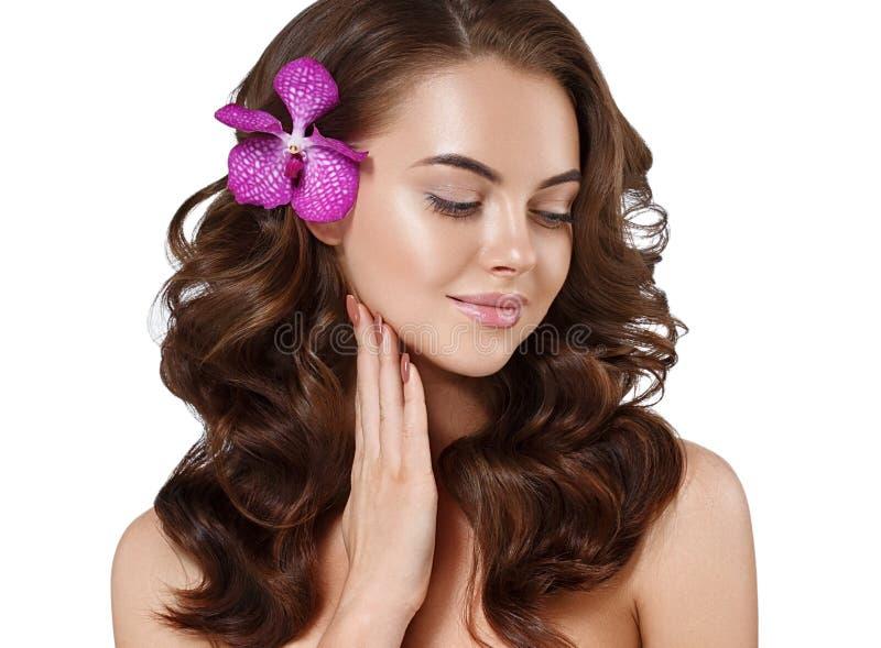 Cierre hermoso de la cara de la mujer encima del pelo hermoso largo del retrato con los jóvenes de la flor fotos de archivo libres de regalías