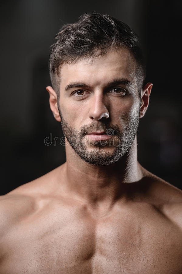 Cierre hermoso de la cara de los hombres encima del retrato en el gimnasio fotografía de archivo libre de regalías