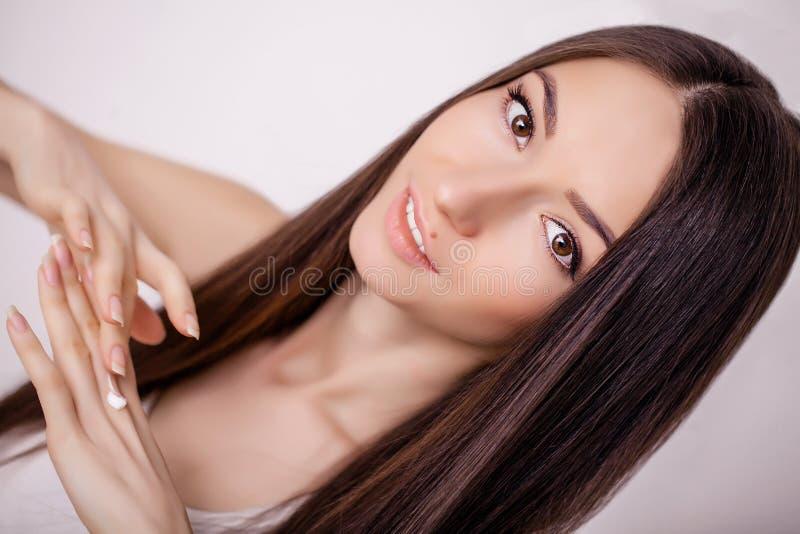 Cierre hermoso de la cara de la mujer encima del estudio en rosa Imagen del beautif fotografía de archivo libre de regalías