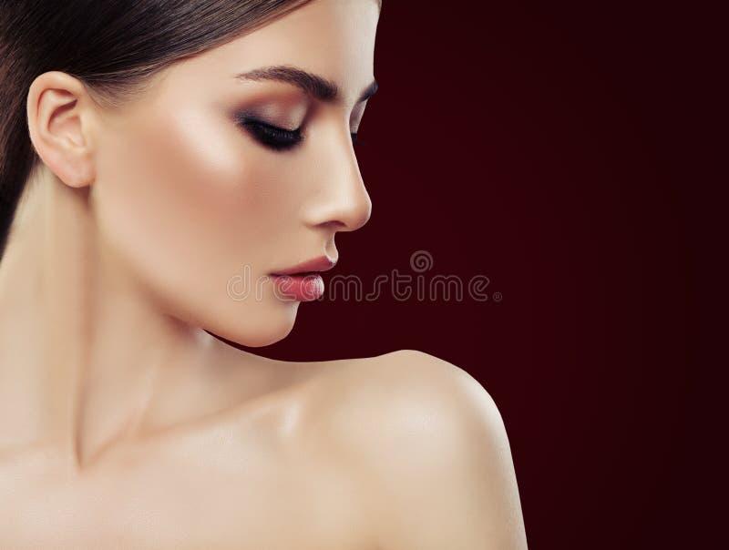 Cierre hermoso de la cara de la mujer encima del retrato Maquillaje, cejas de Brown fotografía de archivo