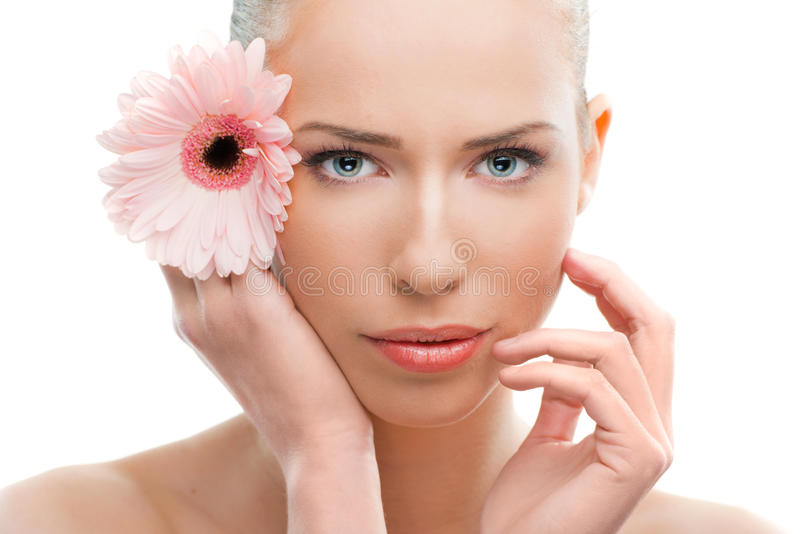 Cierre hermoso de la mujer para arriba con una flor fotografía de archivo libre de regalías