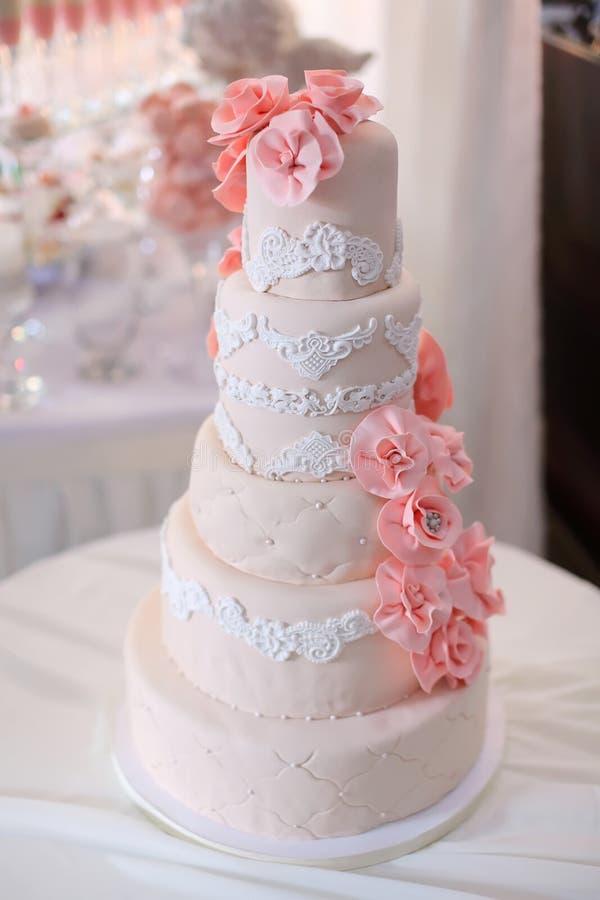 Cierre hermoso del pastel de bodas para arriba fotos de archivo