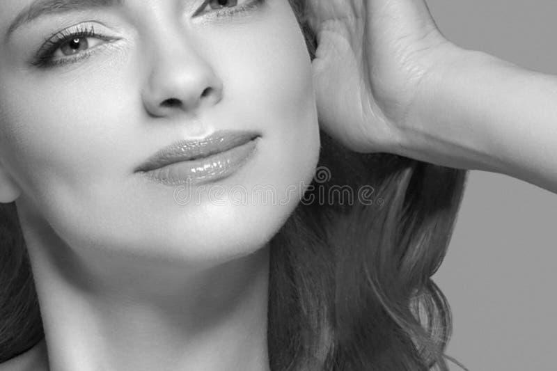 Cierre hermoso del retrato del pelo rubio de la mujer encima del estudio blanco y negro fotografía de archivo