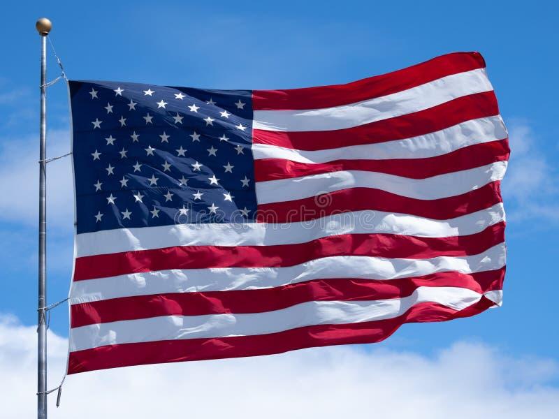 Cierre horizontal para arriba de una bandera americana desplegada en Sunny Day foto de archivo