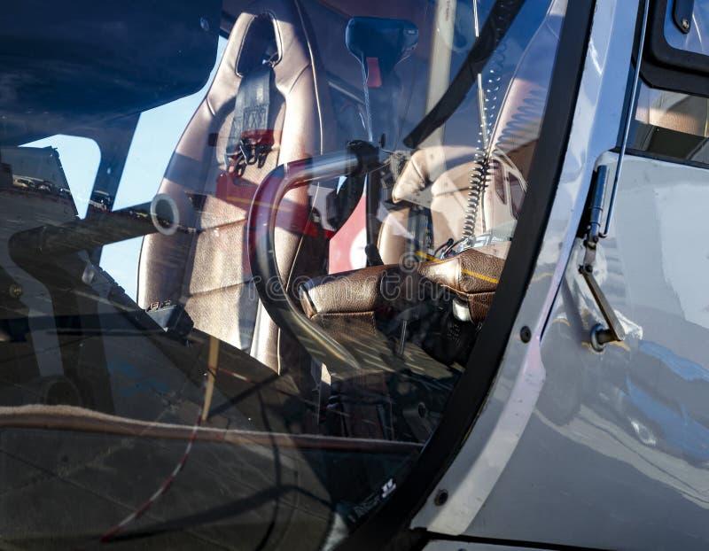 Cierre interior del taxi del helicóptero encima del concepto de transporte del soldado o del negocio fotos de archivo