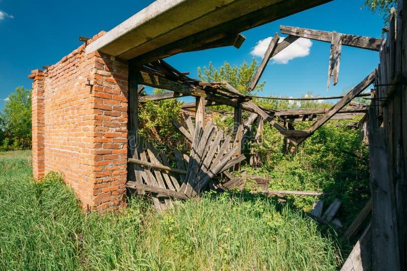 Cierre la casa arruinada en zona rural evacuada después de Chernóbil Trage imagenes de archivo