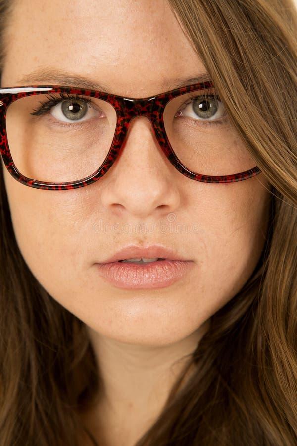 Cierre modelo femenino del retrato para arriba que lleva los vidrios rojos y negros de la diversión fotografía de archivo libre de regalías