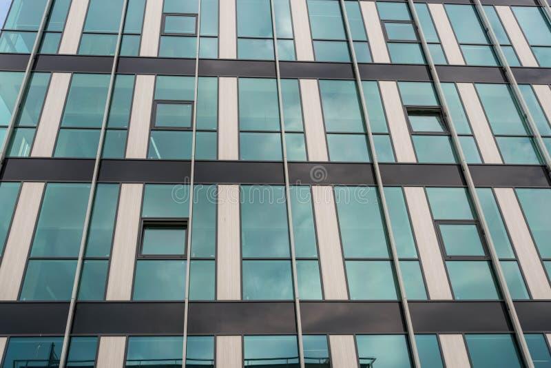 Cierre moderno de cristal de la fachada del edificio de oficinas encima del tiro imagenes de archivo