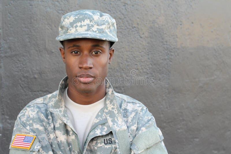 Cierre orgulloso y fuerte del soldado del ejército para arriba foto de archivo libre de regalías