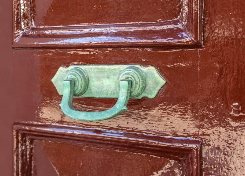 Cierre oxidado viejo de la puerta en la puerta foto de archivo