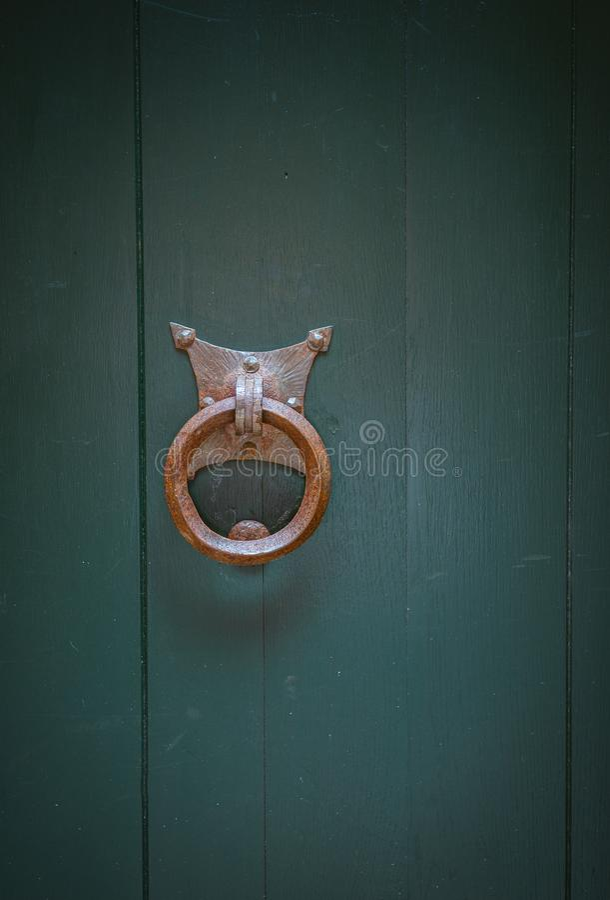 Cierre oxidado viejo de la puerta en la puerta fotografía de archivo libre de regalías