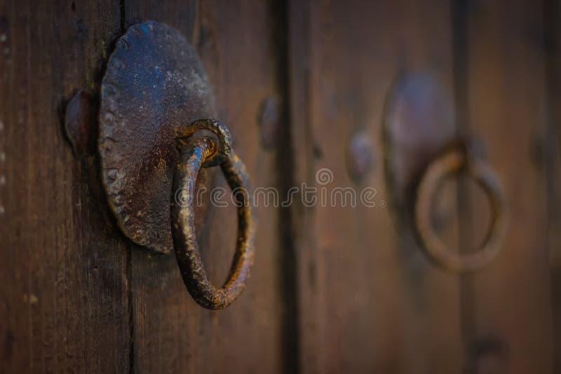 Cierre oxidado viejo de la puerta en la puerta fotos de archivo libres de regalías