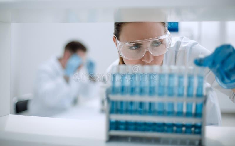 Cierre para arriba Científico con el frasco imagen de archivo libre de regalías