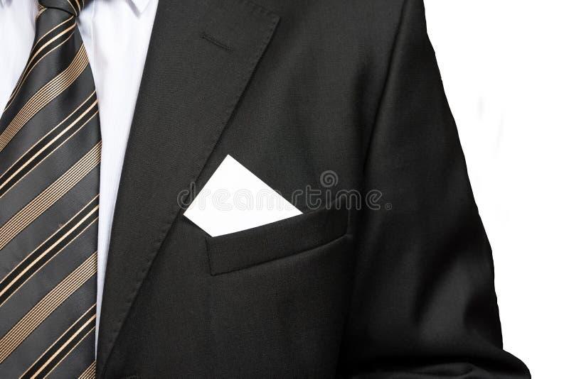 Cierre para arriba con la tarjeta de visita en blanco en bolsillo de la chaqueta del traje del hombre de negocios fotografía de archivo