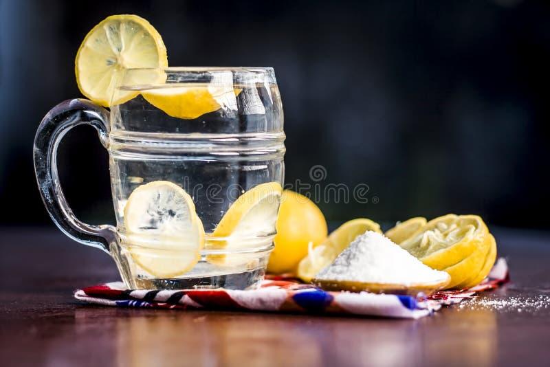 Cierre para arriba de indio la mayor?a del pani o del sarbat popular de Nimbo, limonada de Nimbu de la bebida del verano en un vi imagen de archivo