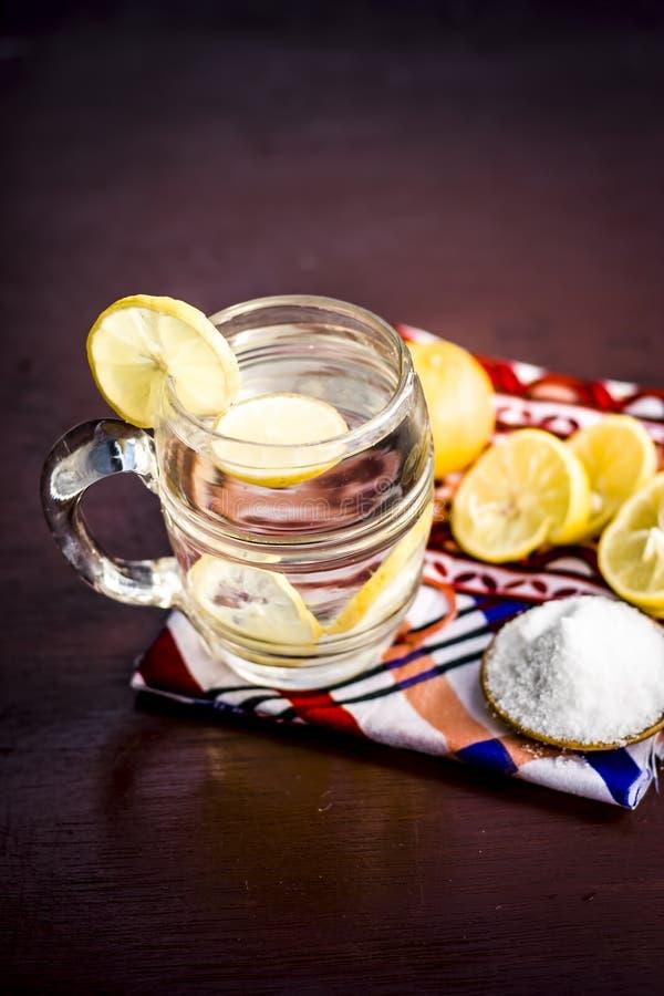 Cierre para arriba de indio la mayor?a del pani o del sarbat popular de Nimbo, limonada de Nimbu de la bebida del verano en un vi fotografía de archivo