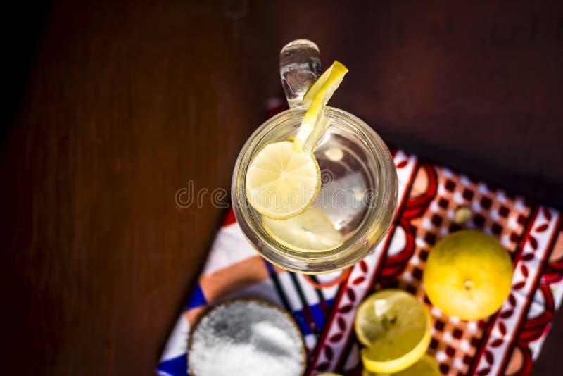 Cierre para arriba de indio la mayor?a del pani o del sarbat popular de Nimbo, limonada de Nimbu de la bebida del verano en un vi imagenes de archivo