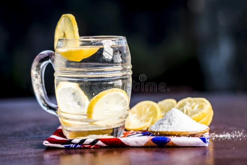 Cierre para arriba de indio la mayor?a del pani o del sarbat popular de Nimbo, limonada de Nimbu de la bebida del verano en un vi foto de archivo