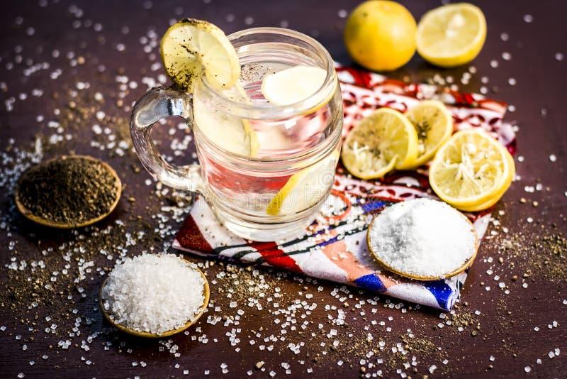 Cierre para arriba de indio la mayor?a del pani o del sarbat popular de Nimbo, limonada de Nimbu de la bebida del verano en un vi fotos de archivo