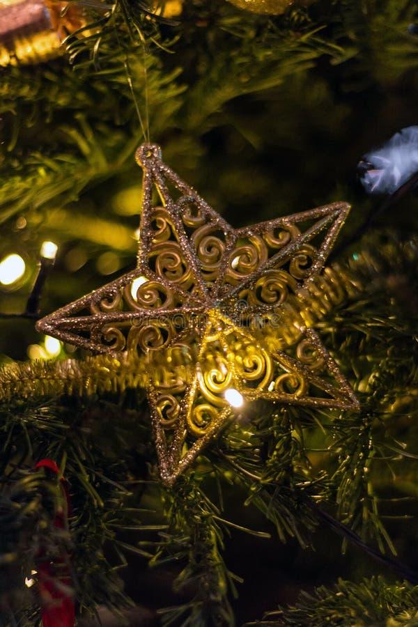 Cierre para arriba de la decoración de la estrella del árbol de navidad y del oro fotos de archivo