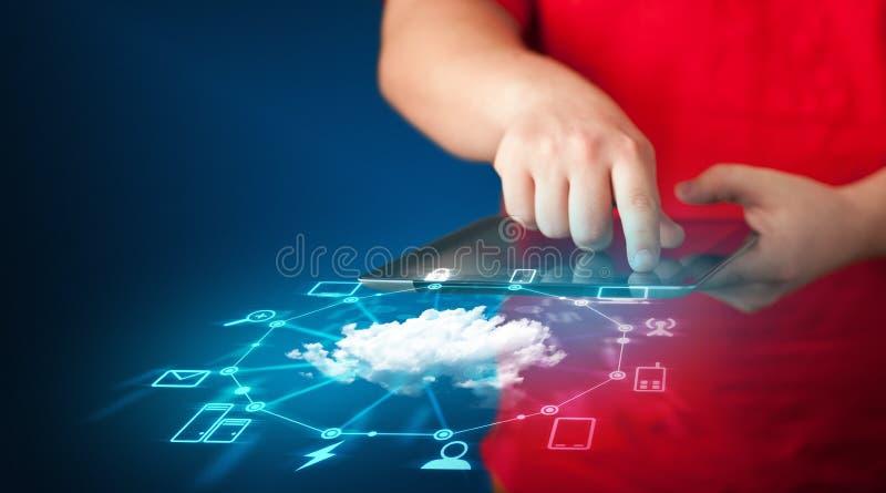 Cierre para arriba de la tableta de la tenencia de la mano con tecnología de red de la nube foto de archivo libre de regalías