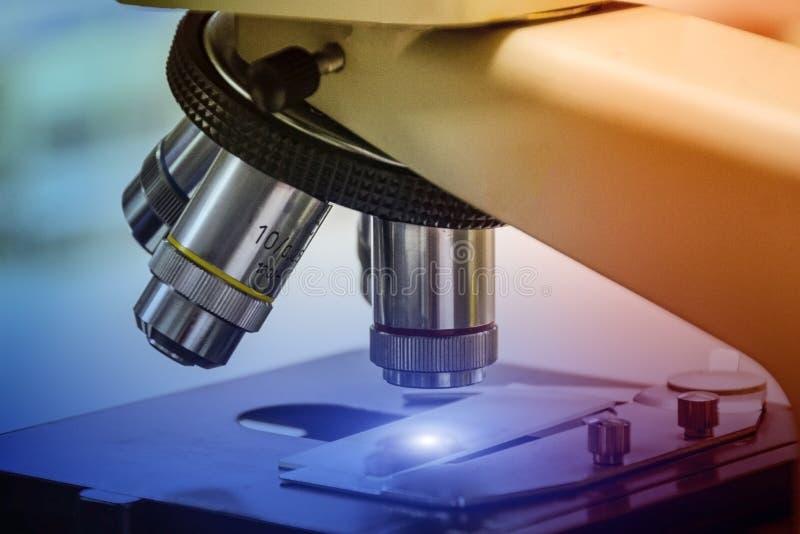 Cierre - para arriba de microscopios en laboratorio foto de archivo