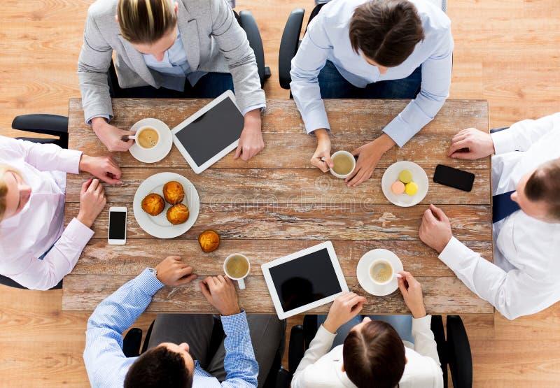 Cierre para arriba del café de consumición del equipo del negocio en almuerzo fotos de archivo libres de regalías