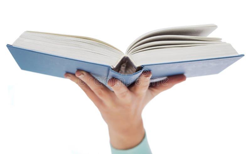 Cierre para arriba del libro abierto de la tenencia de la mano de la mujer fotos de archivo