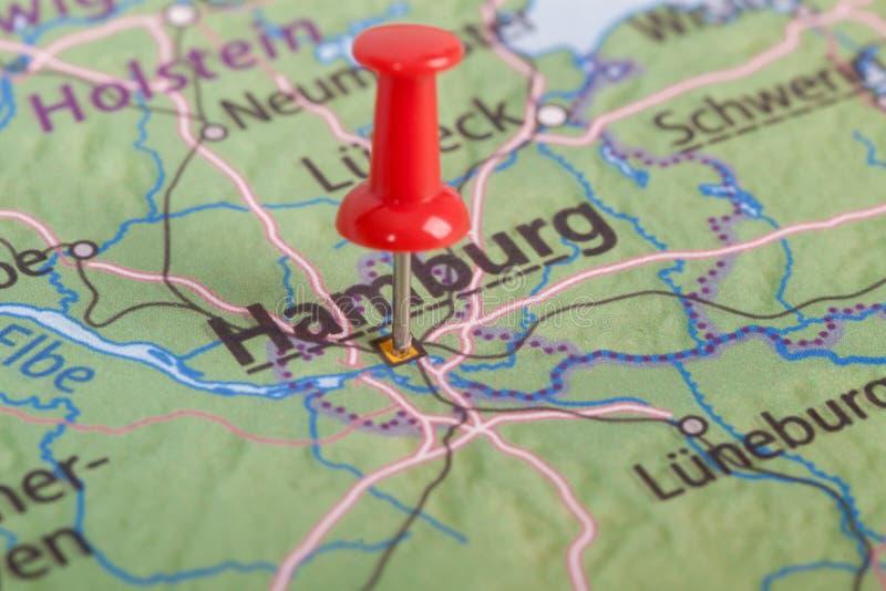 Cierre para arriba del mapa de Hamburgo con el perno rojo imágenes de archivo libres de regalías