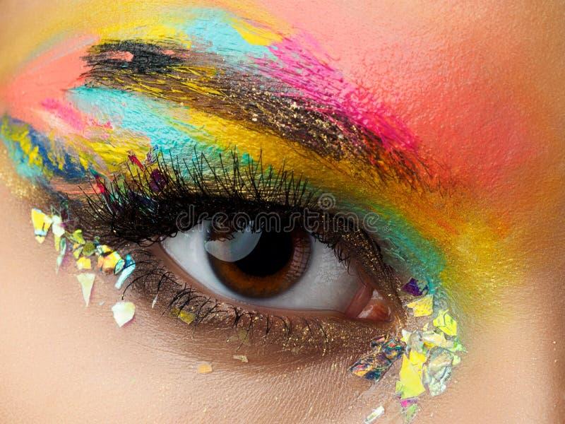Cierre para arriba del ojo azul de la mujer con maquillaje de la moda fotografía de archivo libre de regalías