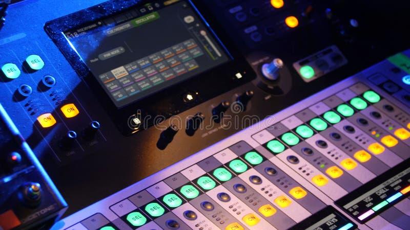 Cierre para arriba del panel de control de DJ que juega música del partido en jugador moderno en club del disco Concepto de la vi fotos de archivo libres de regalías