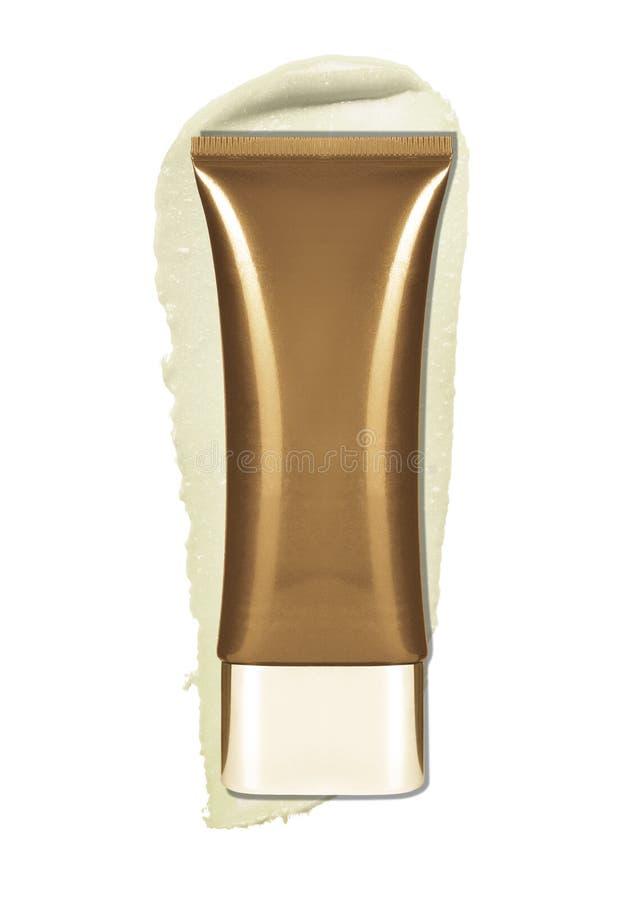 Cierre para arriba del tubo cosmético con el rastro poner crema en el fondo blanco imágenes de archivo libres de regalías