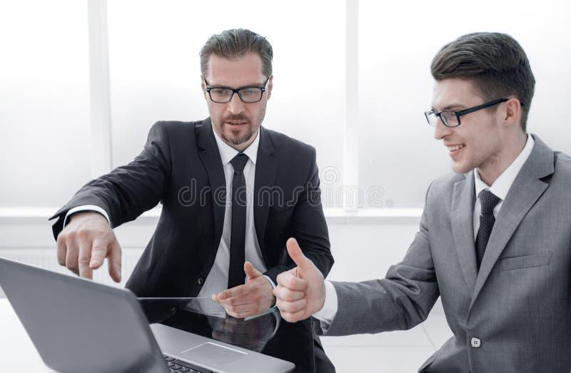 Cierre para arriba dos hombres de negocios que discuten la nueva información foto de archivo