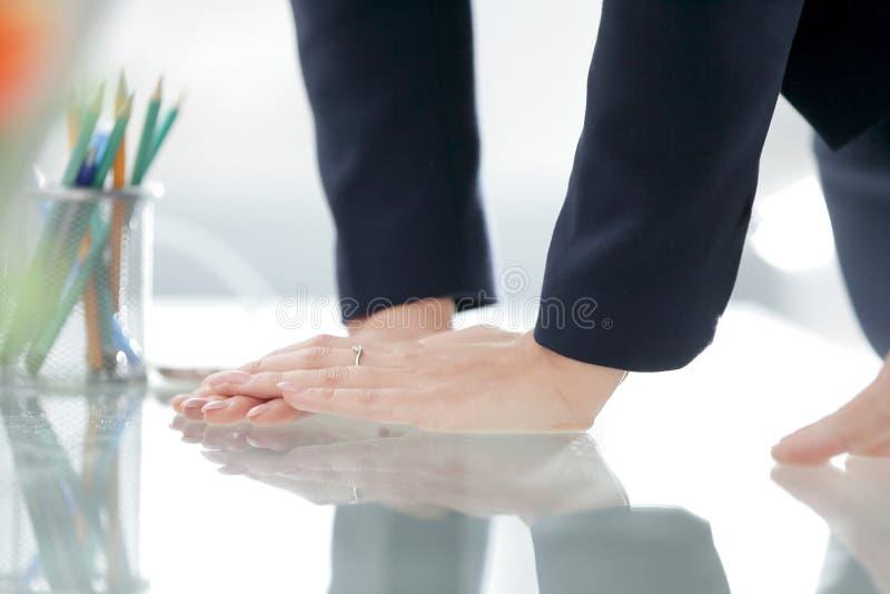 Cierre para arriba dos hombres de negocios que ponen sus manos a mano imagen de archivo libre de regalías