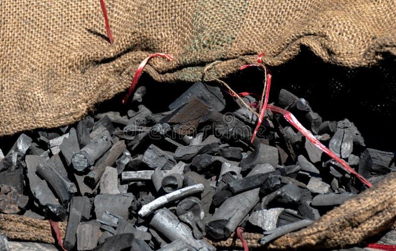 Cierre para arriba el carbón de leña usado para el fuego imagen de archivo libre de regalías