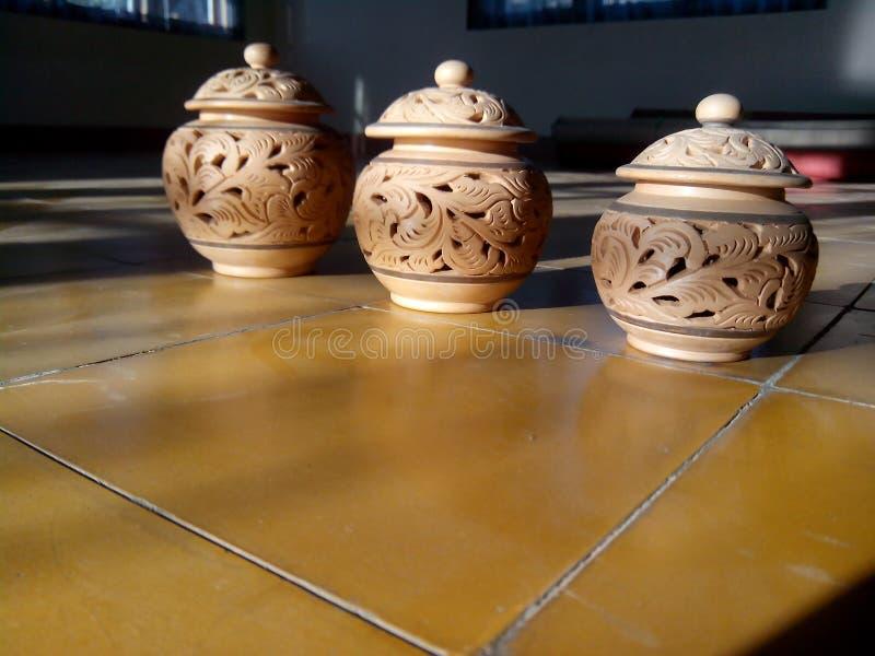 Cierre para arriba el color marrón de la cerámica con la luz que viene del lado en piso foto de archivo